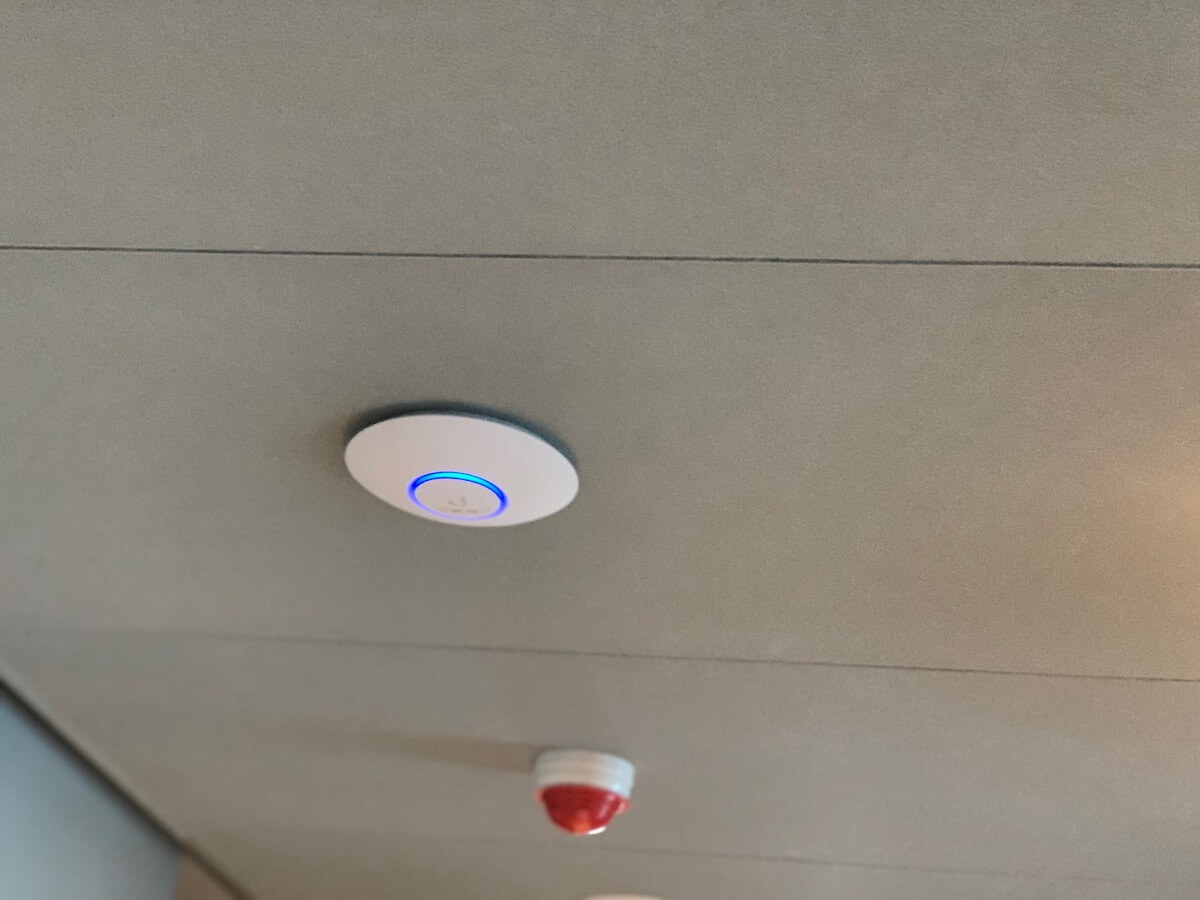 Unifi wifi accesspoint aan het plafond