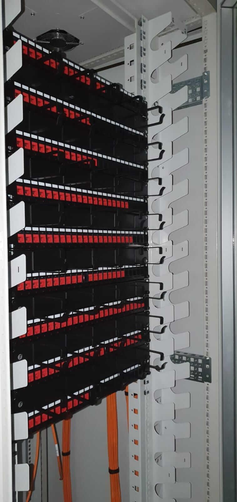 Patchkast installatie en kabels afmonteren