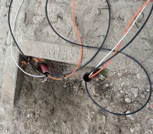 nieuwe netwerk kabels trekken in de grond nadat deze stuk waren gegaan door graafwerkzaamheden